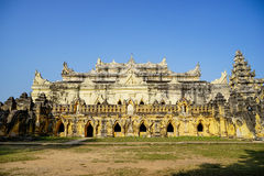Vit tempel i Mandalay, Myanmar Royaltyfria Bilder