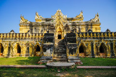 Vit tempel i Mandalay, Myanmar Royaltyfri Foto