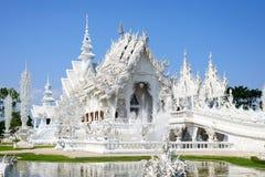 Vit tempel i Thailand Arkivbilder
