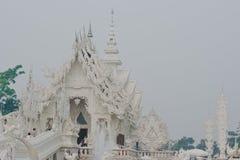 Vit tempel nära vid Chiang Rai, Thailand Royaltyfria Foton
