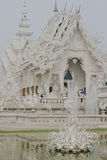Vit tempel nära vid Chiang Rai, Thailand Royaltyfri Bild