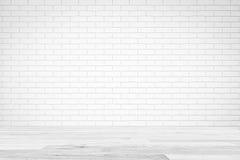Vit textur för tegelstenväggen med den vita trätabellen, tömmer abstrakt bakgrund för presentationer för textsammansättningskonst Arkivbilder