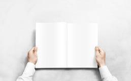 Vit tidskrift för handöppning med modellen för tomma sidor royaltyfri foto