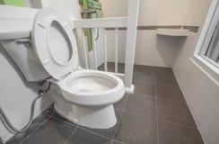 Vit toalettbunke Arkivfoton