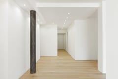 Vit tom korridor Där ` s endast en pelare fotografering för bildbyråer