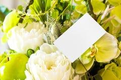 Vit tomt kort och blomma. Royaltyfria Foton