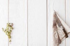 Vit träbakgrund med gammalt bestick, lekmanna- lägenhet arkivbilder