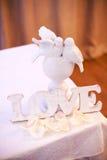 Vit träbröllopteckenförälskelse Royaltyfria Foton