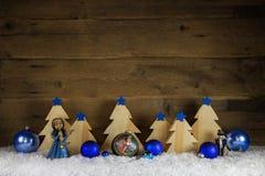 Vit träjulbakgrund för blått och med snö för decorat Royaltyfria Bilder