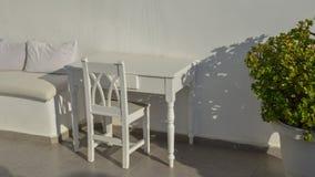Vit trästol och tabell arkivbild
