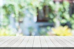 Vit trätabellöverkant på suddig bakgrund för naturgräsplan för montage din produkt fotografering för bildbyråer