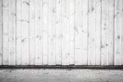Vit trävägg- och asfalttrottoar Arkivbild