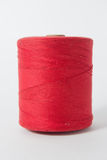 Vit tråd som isoleras på vit bakgrund Rep ull som sticker hemlagat handgjort objekt Arkivbild