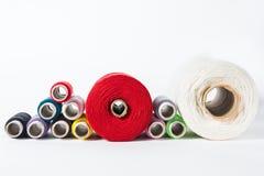 Vit tråd som isoleras på vit bakgrund Rep ull som sticker hemlagat handgjort objekt Royaltyfri Fotografi