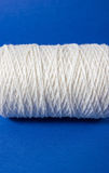 Vit tråd som isoleras på vit bakgrund Rep ull som sticker hemlagat handgjort objekt Royaltyfria Bilder