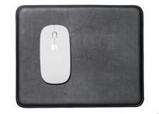 Vit trådlös mus på svarta läderblock Arkivfoton