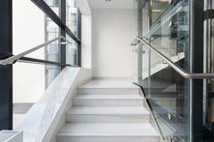 Vit trappa i affärsbyggnad Arkivbild