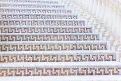 Vit trappa med mosaiktegelplattan med baluster Abstrakt arkitekturinrefragment Royaltyfria Bilder