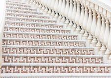 Vit trappa med mosaiktegelplattan med baluster Abstrakt arkitekturinrefragment Arkivfoto