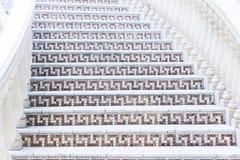 Vit trappa med mosaiktegelplattan med baluster Abstrakt arkitekturinrefragment Arkivbild