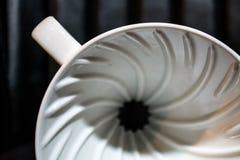 Vit tratt Pourover på en svart bakgrund för förberedelse av kaffe vid en alternativ metod Arbeta baristaen i coffee shop arkivbild