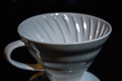 Vit tratt Pourover på en svart bakgrund för förberedelse av kaffe vid en alternativ metod Arbeta baristaen i coffee shop arkivbilder