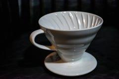Vit tratt Pourover på en svart bakgrund för förberedelse av kaffe vid en alternativ metod Arbeta baristaen i coffee shop royaltyfri bild