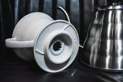 Vit tratt Pourover p? en svart bakgrund f?r f?rberedelse av kaffe vid en alternativ metod Arbeta baristaen i coffee shop royaltyfria bilder