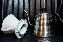 Vit tratt Pourover p? en svart bakgrund f?r f?rberedelse av kaffe vid en alternativ metod Arbeta baristaen i coffee shop royaltyfri bild