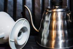 Vit tratt Pourover p? en svart bakgrund f?r f?rberedelse av kaffe vid en alternativ metod Arbeta baristaen i coffee shop arkivfoto