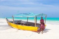Vit tropisk sandig strand på Zanzibar Royaltyfri Foto
