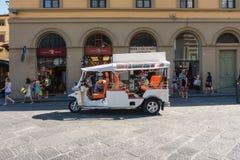 Vit turist- bil i Florence Royaltyfri Foto
