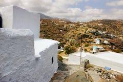 Vit-tvättad stenvägg i den Sifnos ön, Grekland Arkivfoto