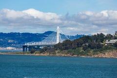 Vit upphängningbro i San Francisco Harbor Arkivfoto