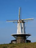 Vit väderkvarn i Holland Arkivfoto