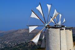 Vit väderkvarn på bakgrund för blå himmel fotografering för bildbyråer