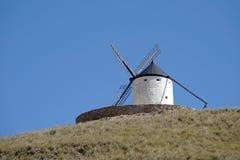 Vit väderkvarn på kullen i Consuegra, Spanien royaltyfri foto