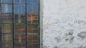 vit vägg, fönster och reflexionen i Windows Royaltyfria Foton