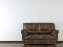 Vit vägg för inredesign med lädersoffan Arkivbild