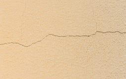 Vit vägg för konkret cement med sprickan Arkivfoton