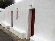 Vit vägg i Mykonos, Grekland Royaltyfri Bild