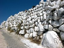 Vit vägg i Santorini Arkivfoto