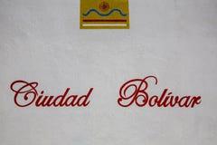 Vit vägg med Ciudad Bolivar ord och logoen av staden Venez Fotografering för Bildbyråer