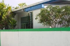 Vit vägg med en grön linje av ett maldivian hus royaltyfri fotografi