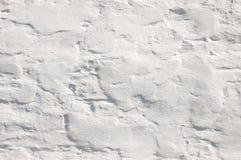 Vit vägg med sprucken målarfärg på bakgrunden Arkivfoto