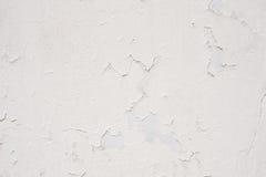 Vit vägg med sprucken murbruk Arkivfoto