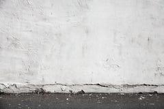 Vit vägg- och asfalttrottoar Stads- inre Royaltyfri Fotografi
