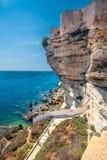 Vit vaggar klippan med havsfjärden nära Bonifacio, Korsika, Frankrike, Europa Royaltyfri Bild