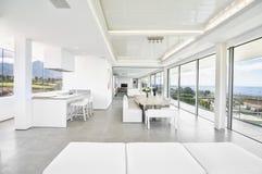 Vit vardagsrum i den moderna villan Arkivbilder