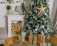 Vit vardagsrum med juldesign Arkivfoton